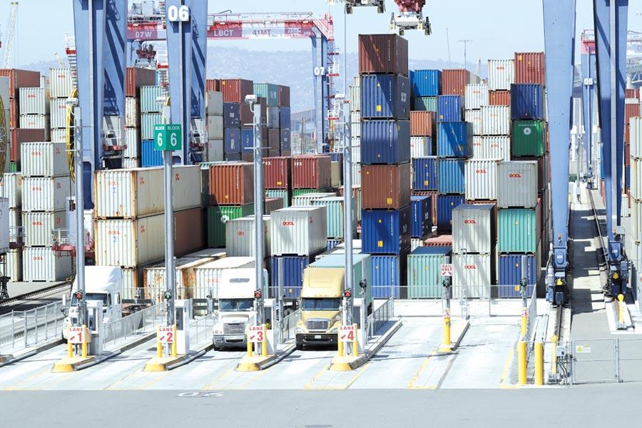 美國洛杉磯港及長灘港受貿易戰波及,5月進出口貨櫃量都大跌。圖/美聯社
