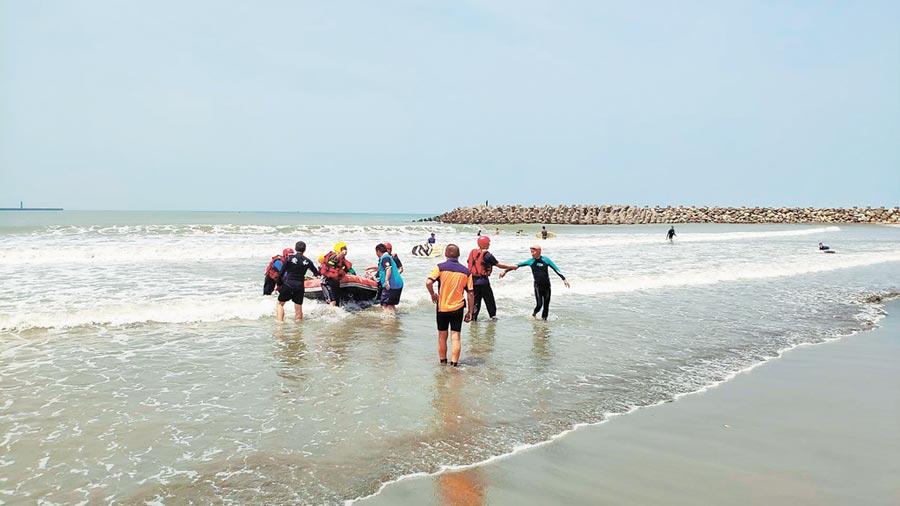警消出動27人與空拍機定位,花費近1小時才以汽艇救回3人。(台南市消防局提供)