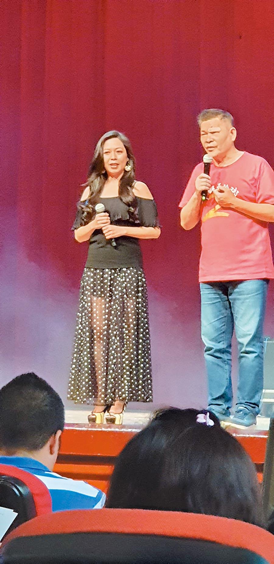 澎恰恰(右)跟盧靚破冰完兩人還現場合唱一曲。