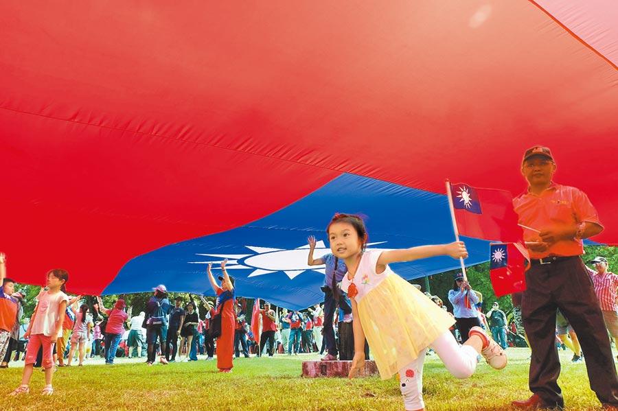 韓國瑜雲林造勢,超大型國旗下方成為小朋友的遊戲天堂。(本報系記者張朝欣攝)