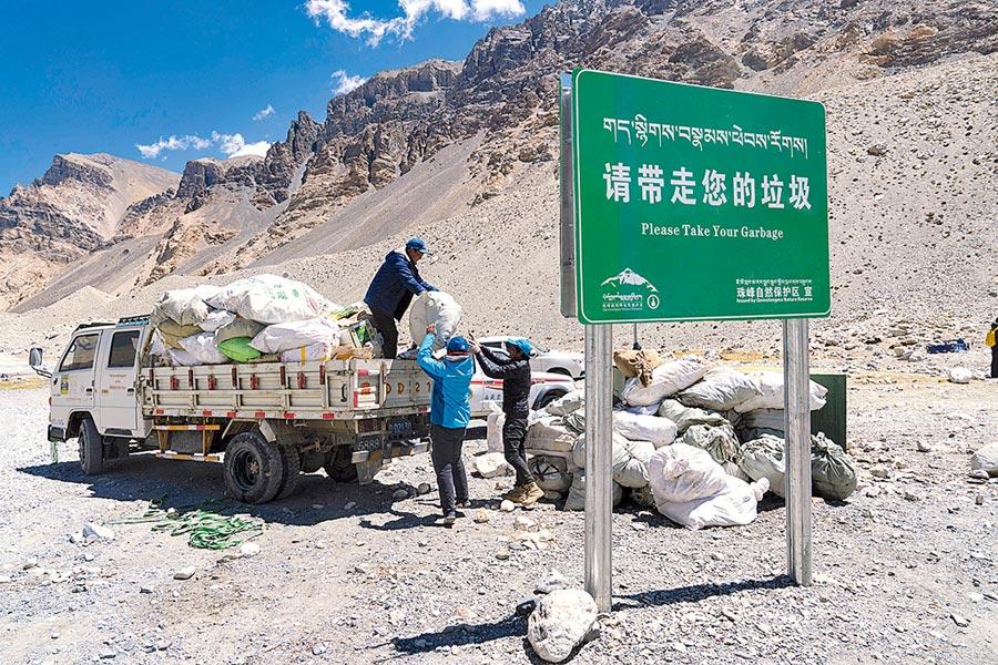西藏一側登山活動垃圾實現分類收集。圖為5月24日,聖母峰高山環保大隊將生活垃圾裝車,準備轉運至定日縣的垃圾轉運站。(新華社)