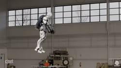 亞當薩維奇打造可飛行的鋼鐵人裝甲