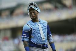 MLB》美慶父親節 捕手護具加掛領帶