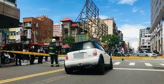 高雄路面下陷 汽車停紅燈前輪卡洞