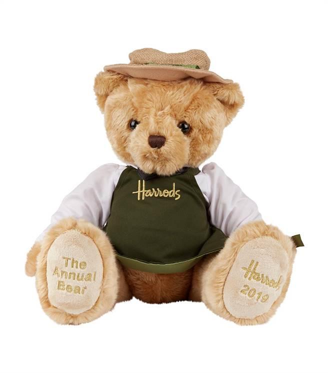 Harrods 2019經典年度熊「Grocer」以店內Food Halls人員為主角,綠色圍裙、小圓帽、與領結,腳掌繡有2019紀念年份與品牌年度限定字樣,限量300隻2180元。(Harrods提供)