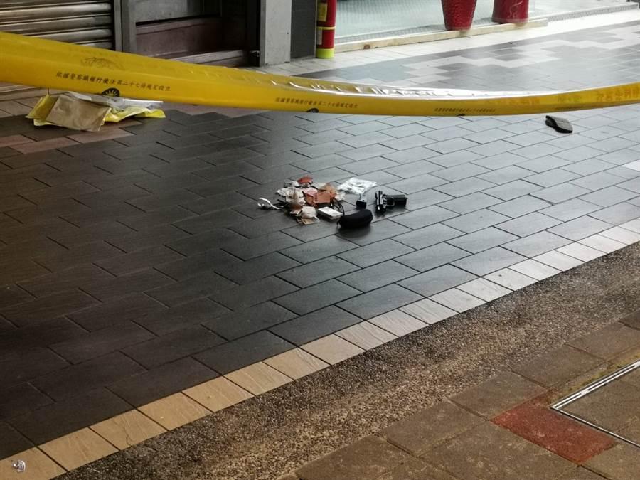 凶嫌在三溫暖門口開槍後逃往對面馬路被攔下,槍枝和子彈掉了一地。(謝明俊攝)