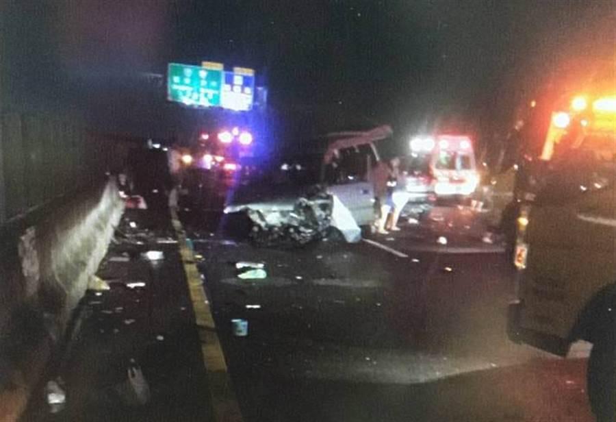 國道連環追撞,6車撞成一團,休旅車也撞毀。(吳敏菁翻攝)