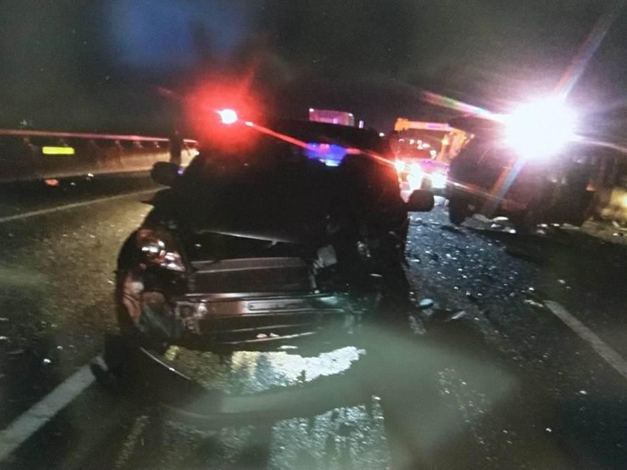 國道連環追撞,6車撞成一團,轎車車頭全毀。(吳敏菁翻攝)