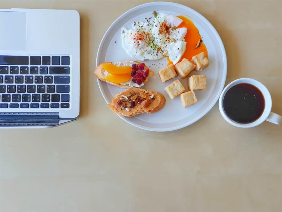 日本及歐洲的研究指出,吃豆腐、喝咖啡能消除脂肪肝。(達志)