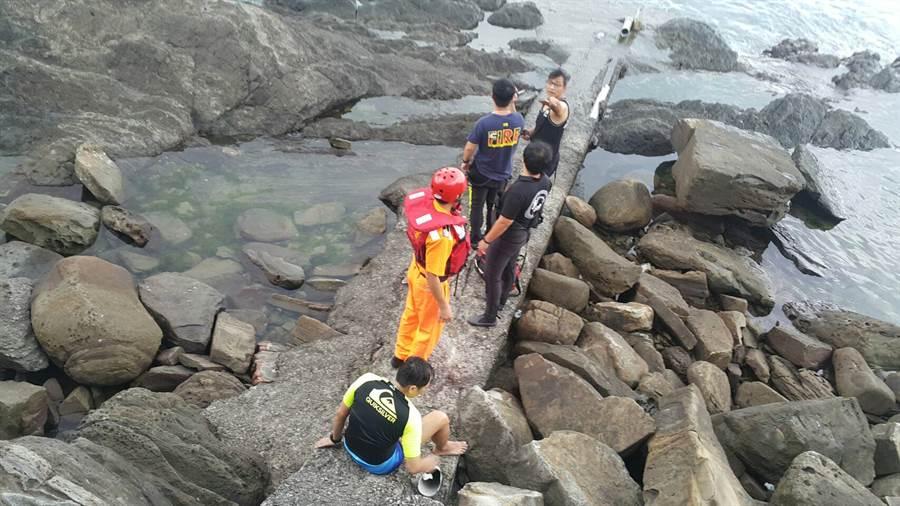 海巡署第二岸巡大隊一下午處理四件溺水案,讓隊員疲員奔命。〈戴志揚翻攝〉