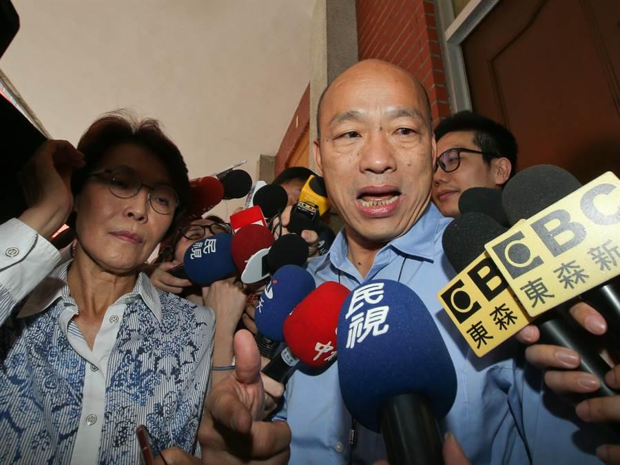 高雄市长韩国瑜(右)17日北上立法院,出席国民党立院党团大会,拜托党团协助争取登革热补助。(刘宗龙摄)