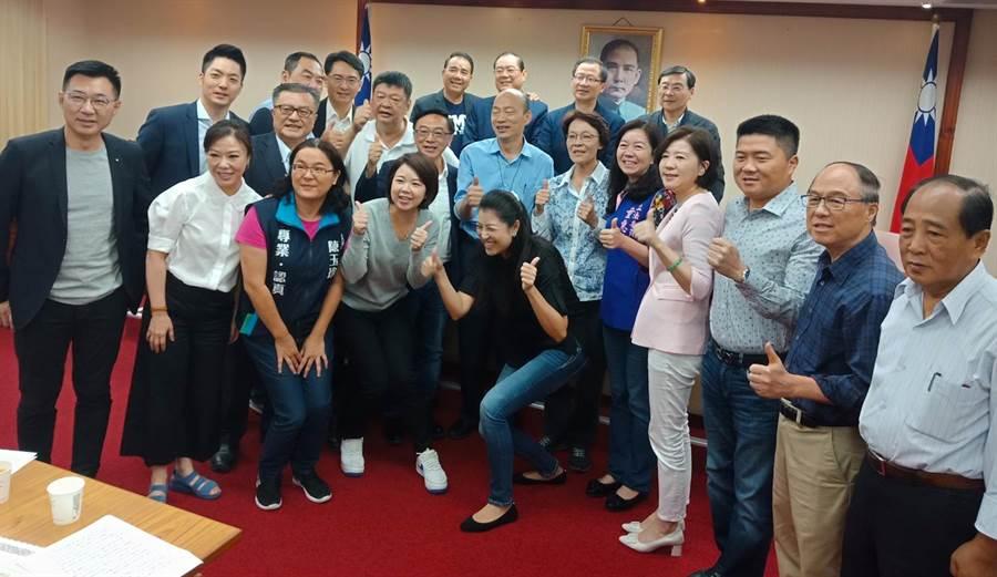 高雄市长韩国瑜(二排中)17日北上立法院,出席国民党立院党团大会,与立委们一起合影,并拜托党团协助争取登革热补助。(国民党立院党团提供)