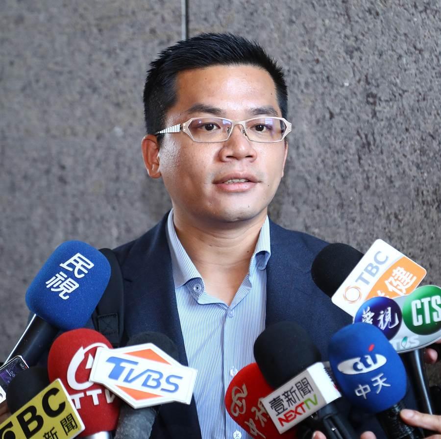 台中市政府新聞局長吳皇昇17日說,盧市長支持黨內各候選人,不站台是為遵守初選公平原則,但選後一定團結對外。(陳世宗攝)
