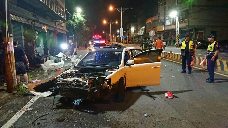 高雄市燕巢區17日凌晨發生一件車禍,自小客車的車頭經過撞擊幾乎全毀,警方獲報到場處理。(林瑞益翻攝)