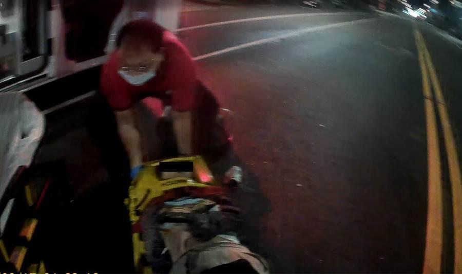 嘉義市8旬婦人今天凌晨疑遭酒駕撞擊,警消送醫急救無效。(廖素慧翻攝)