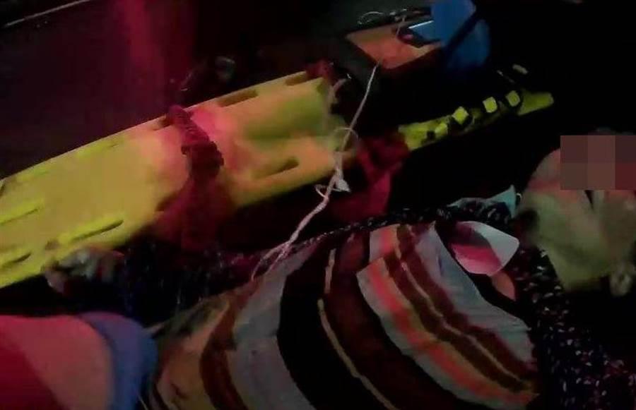 嘉義市8旬婦人今天凌晨疑遭酒駕撞死,警消搶救送醫。(廖素慧翻攝)