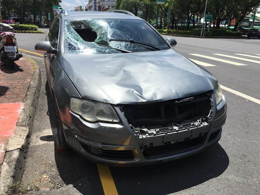 肇事的休旅車擋風玻璃窗破碎,車頭毀損。(廖素慧攝)