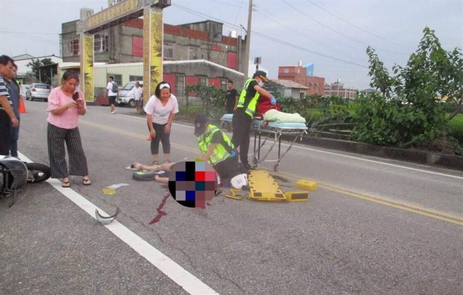 鄧女騎乘機車行經路口發生車禍,倒地血流不止。(巫靜婷翻攝)