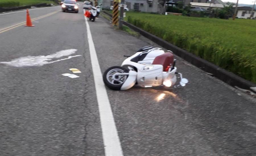 鄧女機車倒在路肩。(巫靜婷翻攝)