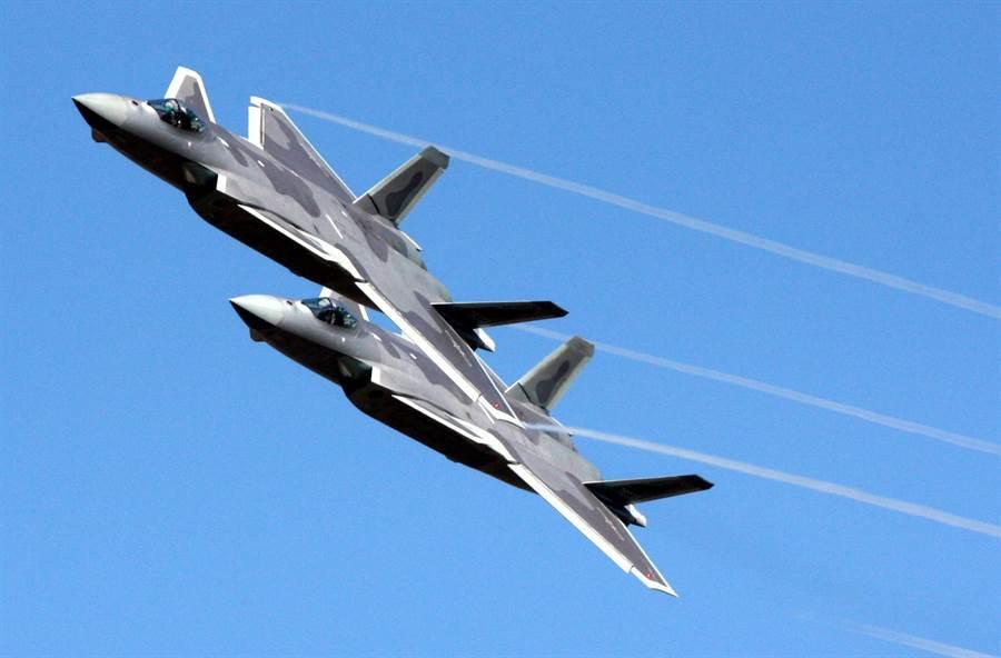 殲-20戰機2018年11月10日在第12屆珠海航展上展現飛行性能的畫面。(中央社)