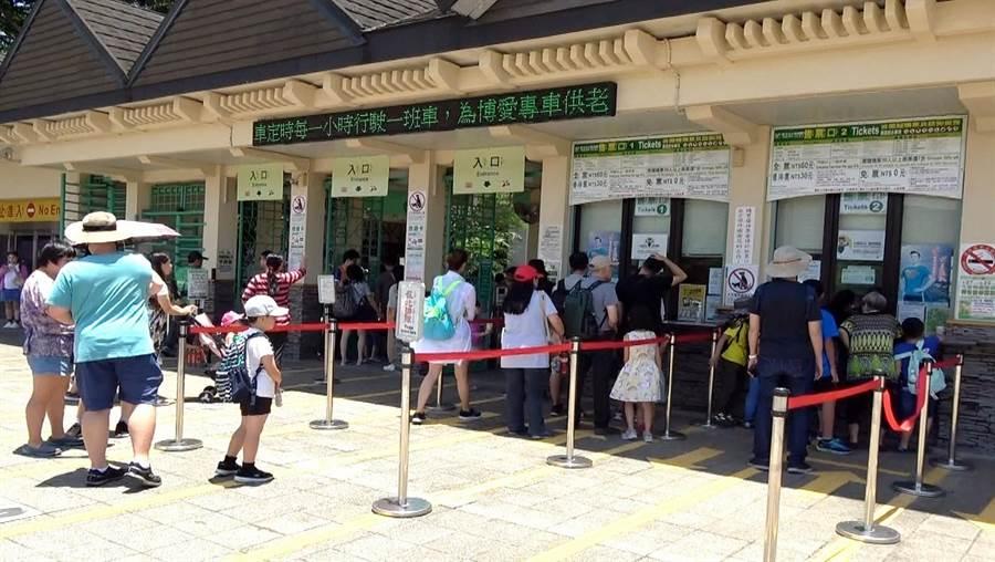 台北市立動物園推出「電子化收費系統」,新增電子閘門與自動售票。(北市動物園提供)