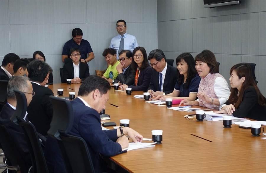 嘉義市長黃敏惠(右二)率團赴日拚觀光,與日本旅行觀光業者交流意見。(嘉義市政府提供)
