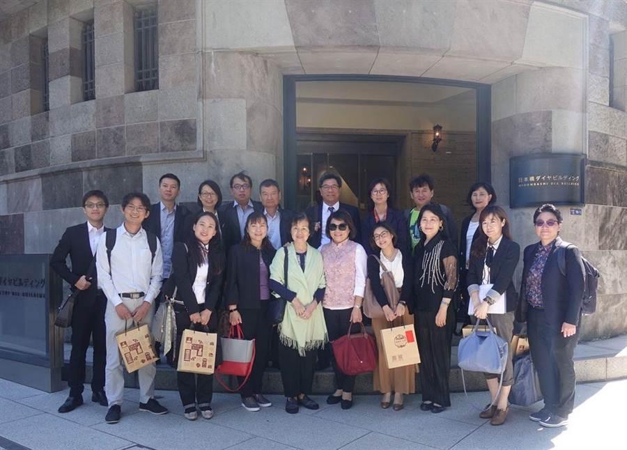 嘉義市長黃敏惠(右二)率團拜訪日本旅行觀光業者。(嘉義市政府提供)