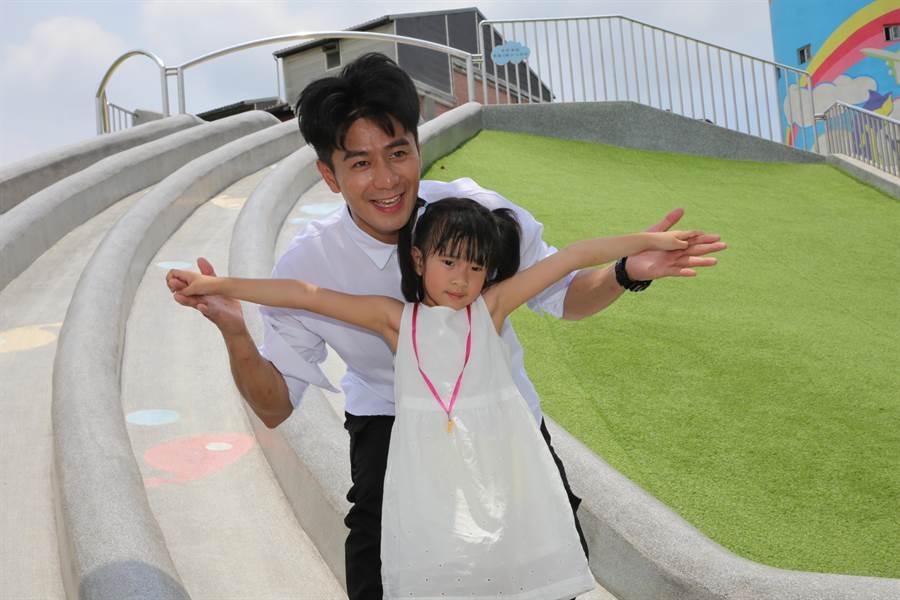 藝人郭彥均全家到汐止白雲公園體驗新北市特色公園,一家人玩得不亦樂乎。(葉德正翻攝)