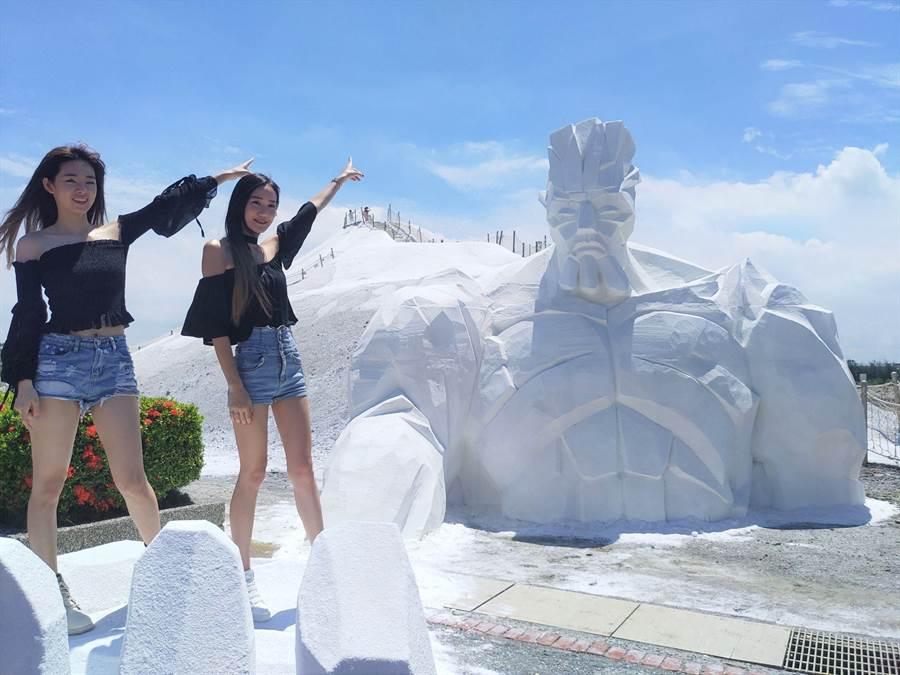 鹽巨人傳達環保及綠能意象,遊客還能站在巨人的大手掌上拍照留念。(莊曜聰攝)