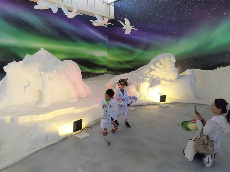 鹽雕、沙雕結合光雕,與遊客互動更多。(莊曜聰攝)