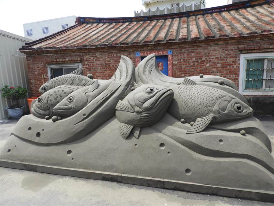 沙雕作品用風吹沙當材料,主題呈現社區人文。(莊曜聰攝)