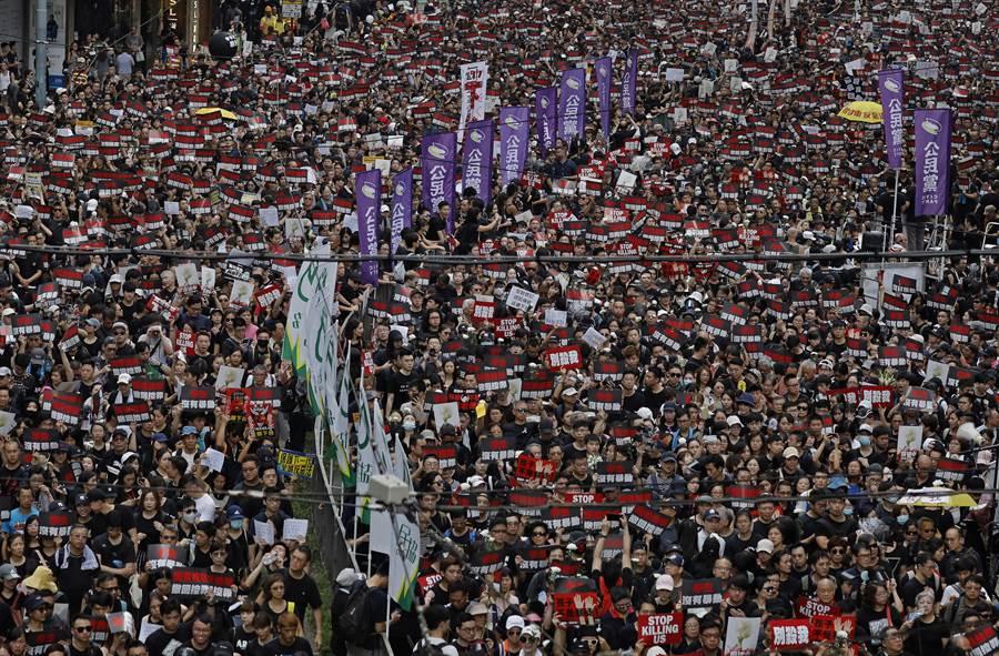 香港周日反逃犯條例大遊行,參與人數破香港史上記錄。(圖/美聯社)