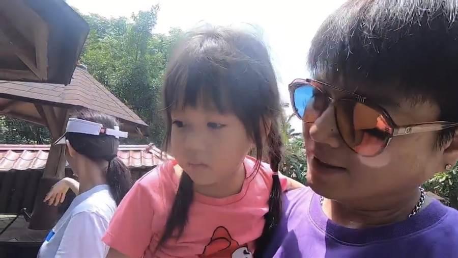 李易帶兒女逛動物園。(翻攝臉書影片)