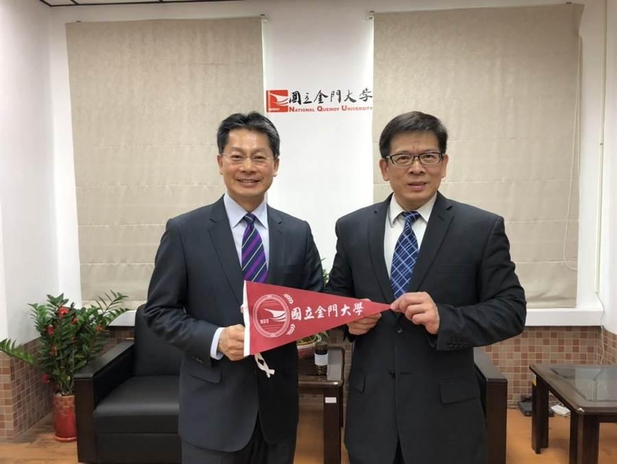 新任汶萊代表李憲章(左)與曾任外交官的「學長」金大校長陳建民相見歡。(金大提供)