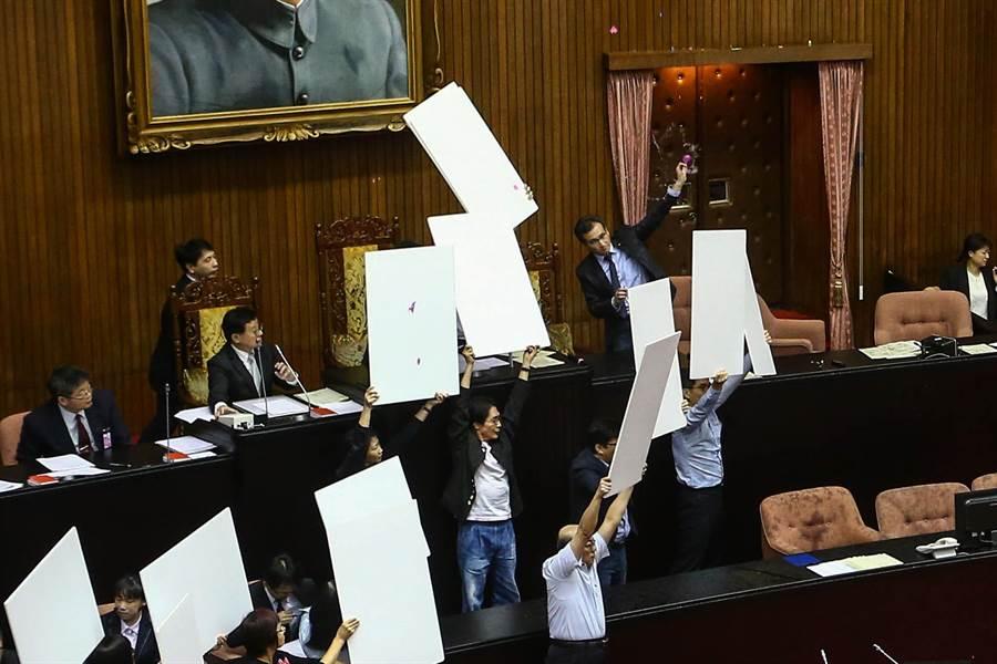 立法院17日通過公投法修法。(資料照片/鄧博仁攝)