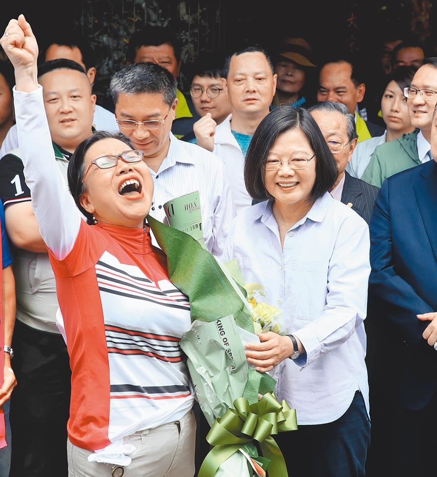 蔡英文總統(右)16日赴台北市松山慈雲宮參拜祈福,接過熱情民眾的花束,展現要從韓國瑜手中搶回庶民選票的企圖心。(鄭任南攝)