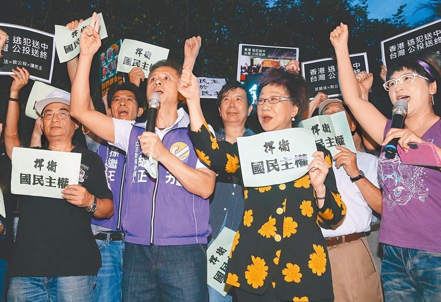 前副總統呂秀蓮(右二)16日出席「反惡法‧救公投」逗陣來活動,與安定力量主席孫繼正(右三)等人一起喊口號,捍衛國民主權。(劉宗龍攝)