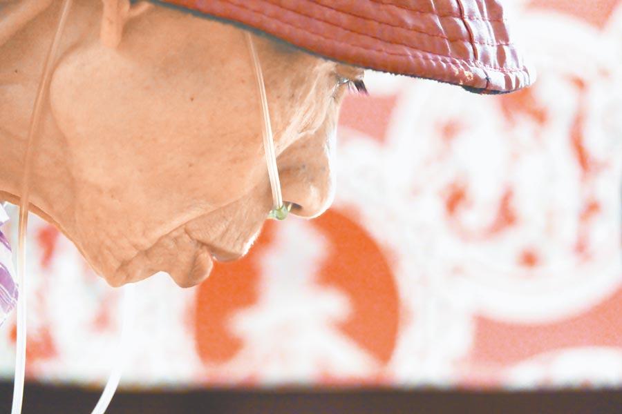 肺癌患者盧張雪子選擇居家安寧,醫療團隊不定時訪視,提供照護。(黃子明攝)
