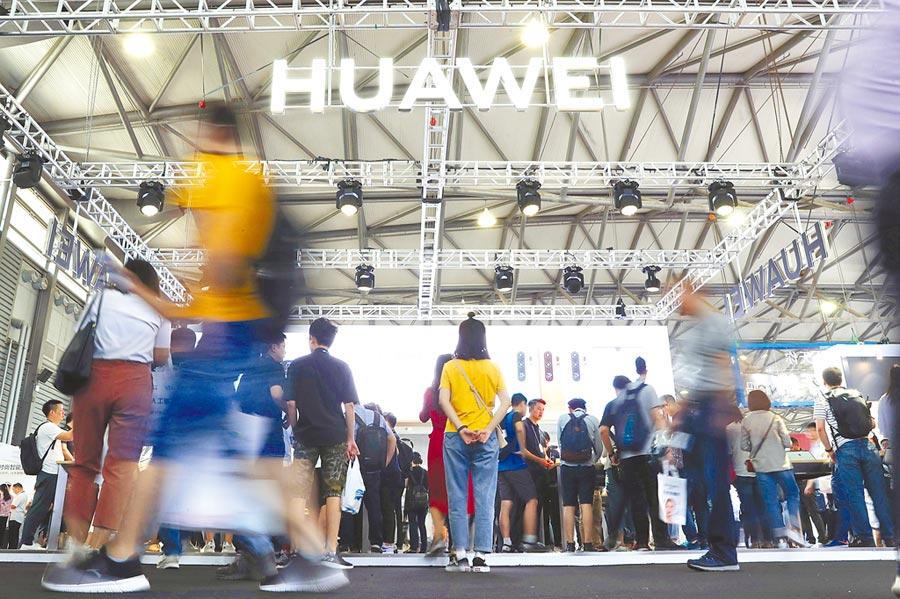 6月11日,亞洲消費電子展在上海開幕。近日受到美國打壓的華為公司展台人頭攢動。(中新社)