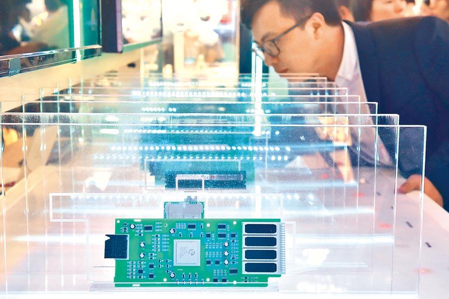 5月26日,華為研發的閃存系統在貴陽數博會亮相。(新華社)