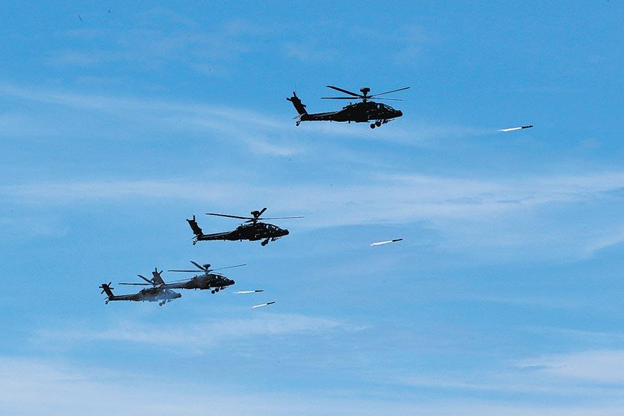 5月30日在屏東舉行「灘岸殲敵作戰實彈射擊」,阿帕契攻擊直昇機發射地獄火飛彈。(本報系資料照片)