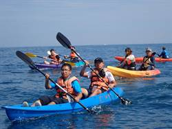 海大生慶祝畢業 划獨木舟挑戰基隆嶼