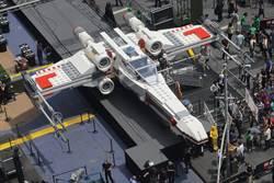 星際大戰在巴黎航展:全尺寸樂高X戰機