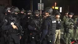 【搏命為紅顏2】怕狙擊手鎖定 匪要警提供11件同款衣