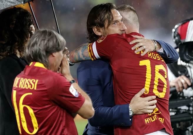 羅馬隊長德羅西(右)約滿後黯然離隊,他在球季最後一戰與好兄弟托提擁抱。(美聯社)