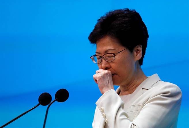 香港特首林鄭月娥針對修訂《逃犯條例》引發的風波召開記者會。(圖/路透)