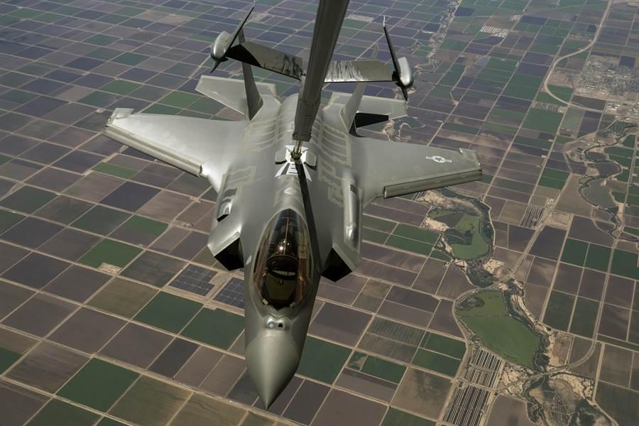 美F-35戰機雖然可以進行空中加油,但有些狀況空中加油有困難,因此用副油箱擴增航程就成為極有利的選項。(圖/美國空軍)
