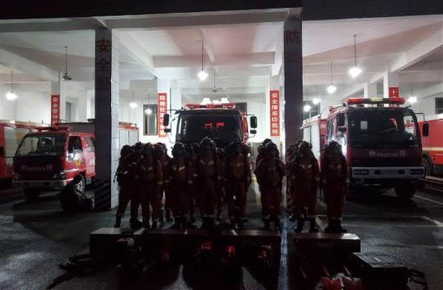 四川長寧6.0地震已釀1人死亡,多棟房屋倒塌,武警長寧中隊應急班已出發前往震央救災。(圖取自微博)