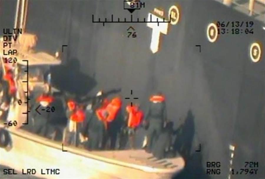 五角大廈17日在華府公開美軍拍攝的影像,顯示伊朗伊斯蘭革命衛隊13日移除日本油輪上未爆的吸附雷。(路透)