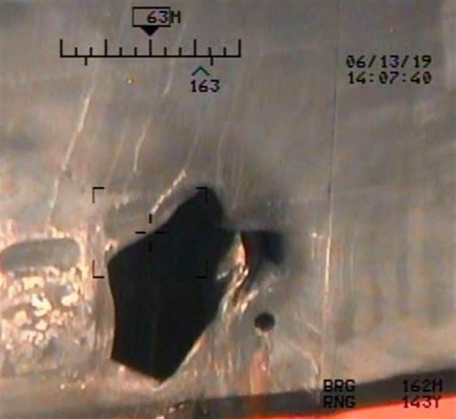 五角大廈17日公開的影像顯示,日本油輪13日遭水雷攻擊後,船上炸出的大洞。(路透)